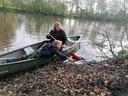Vanuit een kano worden de oevers van de Regge geschoond.