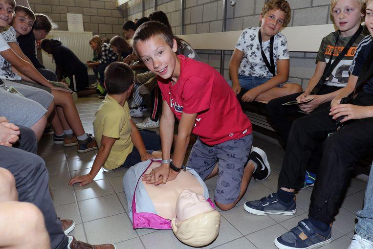 De leerlingen leerden onder meer hoe je iemand kan reanimeren.