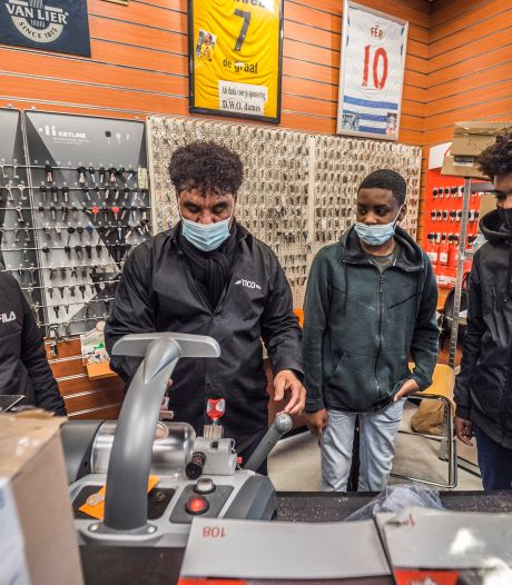 Schoenmaker Tico knapt oude schoenen op voor Voedselbank: 'Alleen met steun van stad kan ik iets terugdoen'