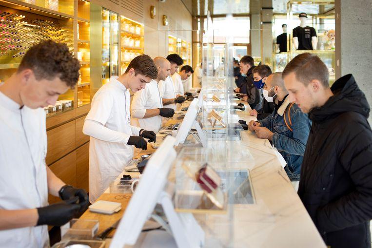 De cannabis drive-in bij station Sloterdijk. Amsterdam wil verkoop aan buitenlandse toeristen verbieden. Beeld Hollandse Hoogte / The New York Times Syndication