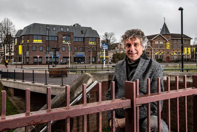 Ed den Besten, met op de achtergrond het gebied van Topicus en links het pand dat het IT-bedrijf wil slopen om er een woontoren te bouwen.