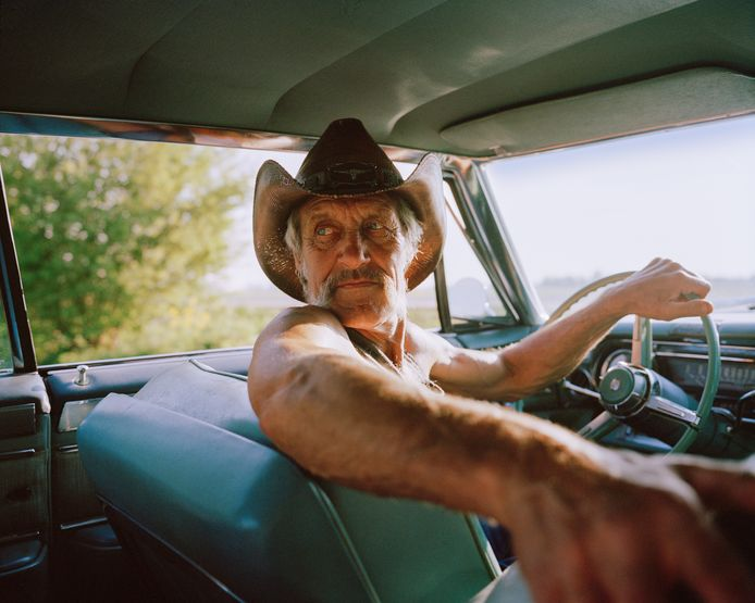 Cowboy Kees in zijn oude Amerikaanse auto