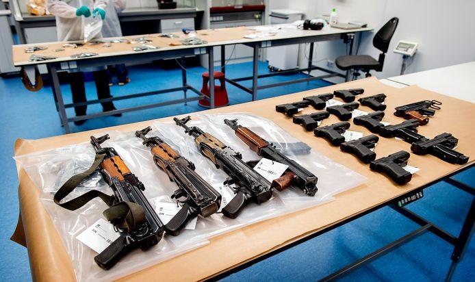 In een opslag in Nieuwegein werden pistolen, revolvers, automatische wapens, munitie en handgranaten aangetroffen.