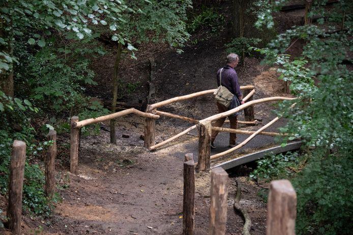 Het bruggetje over het beekje in het Kastanjedal in Beek: weer houten leuningen.