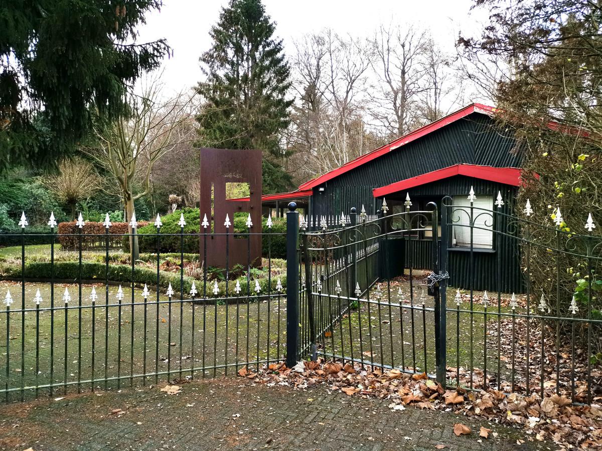 Voormalig dierenpark Wissel, aan de poort hangt een slot.