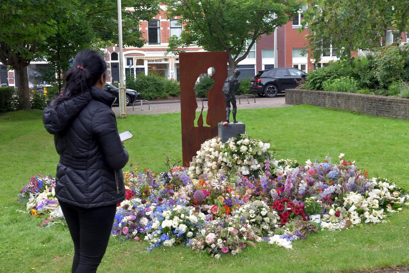 De bloemen van de uitvaart van Peter R. de Vries liggen bij het kunstwerk van de Veenendaalse kunstenaar Linette Dijk in Den Haag.