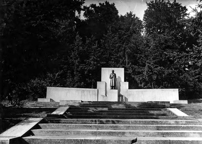 Het Lorentz Monument in Park Sonsbeek in 1936.