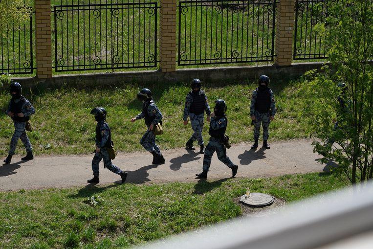 Agenten arriveren bij de school in Kazan waar de schietpartij plaatsvond. Beeld MAX ZARECKIY /REUTERS