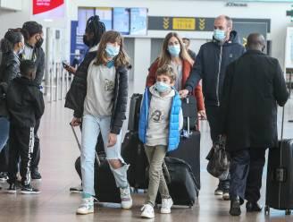 Met smoesjes en door een gebrek aan controle: zo stappen reizigers ondanks verbod op niet-essentiële reizen toch op vliegtuig richting de zon