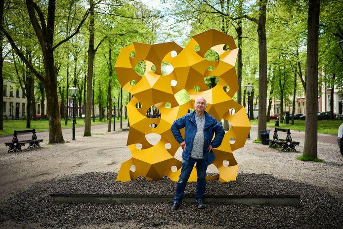 Kunstenaar Rinus Roelofs bij het drie meter hoge beeld dat hij plaatste op de kop van het Lange Voorhout.