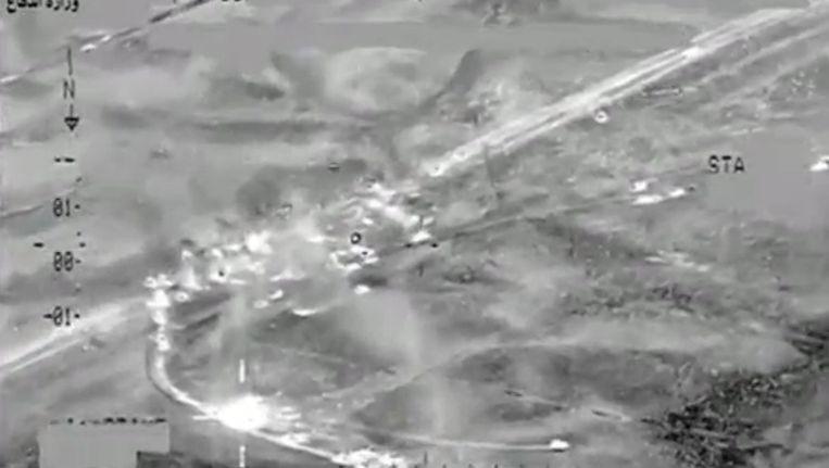 IS-strijders die de stad Falluja in konvooi proberen te ontvluchten, worden onder vuur genomen door de internationale coalitie. Beeld null