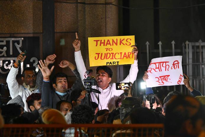 Quelques manifestants se sont rassemblés pour saluer cette exécution.