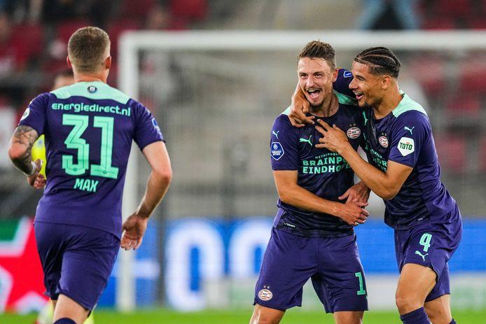 Olivier Boscagli en Armando Obispo zijn blij na de 0-1 tegen AZ, waar ook Philipp Max door verrast was.