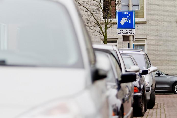 Drukte op straat. Nu krijgt iedereen die er eentje wil een parkeervergunning. Aan die praktijk wil de wethouder een einde maken.
