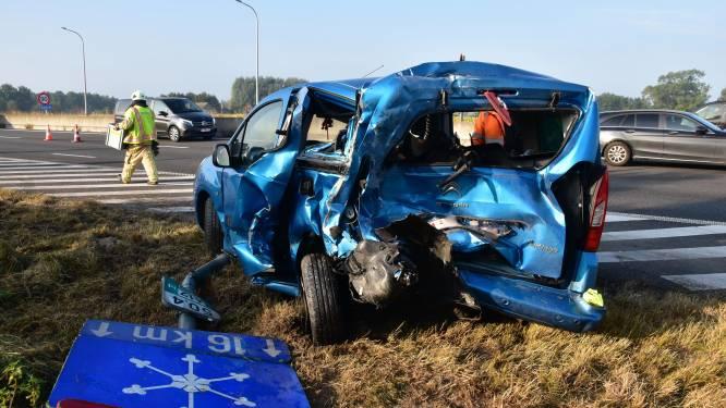Bestelwagen knalt op auto op invoegstrook, extra file op E403 in Lichtervelde