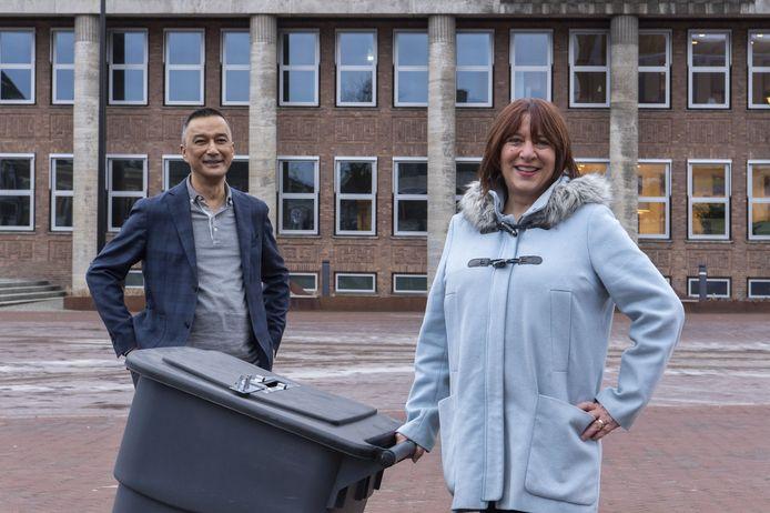 Astrid Mos en Max van Ravensberg van de gemeente Hengelo, op het Burgemeester Jansenplein waar een 'walk-in' komt.