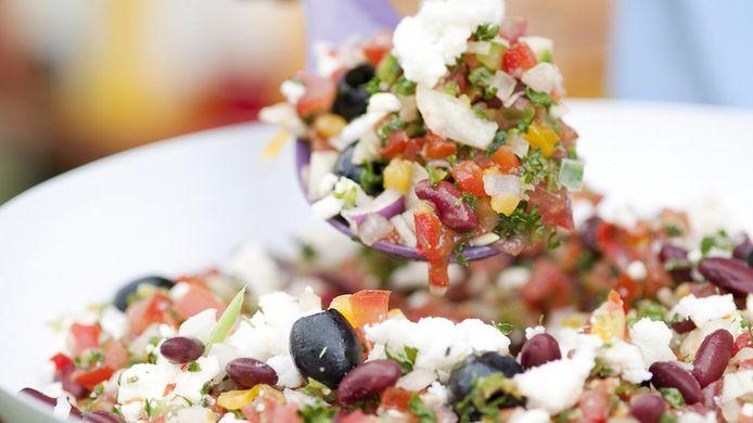 Kleurige salsasalade met feta