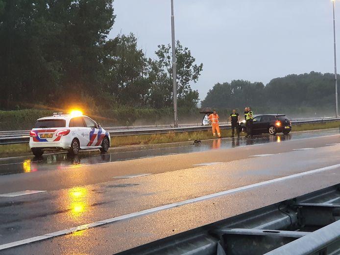 Op de A1 tussen Deventer en Apeldoorn kwam een auto in de vangrail midden in een bui.