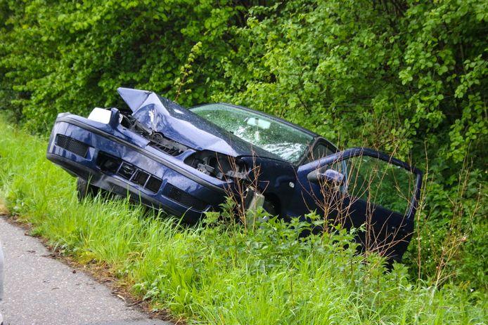 De zwaar beschadigde auto moest door bergingsmedewerkers uit de greppel worden getrokken.