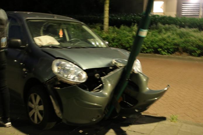 De auto is door de botsing met de lantaarnpaal total loss.