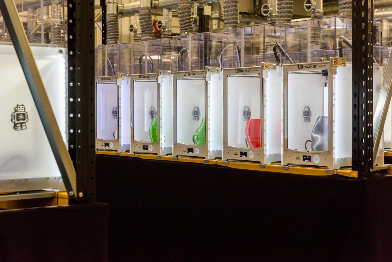Via een speciale website van Signify, voorheen Philips Lighting, maken consumenten hun eigen hanglamp qua vorm, grootte, kleur, textuur en het patroon. Vervolgens wordt de lamp 3D geprint. Dat gebeurt in Maarheeze (archieffoto).