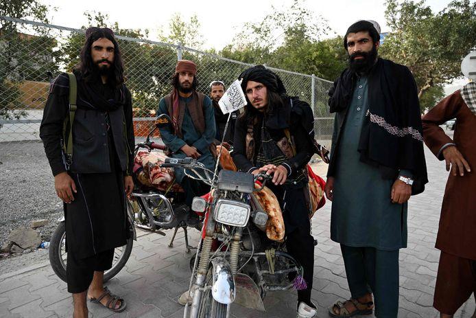 Taliban-strijders staan naast de weg in de hoofdstad Kaboel.