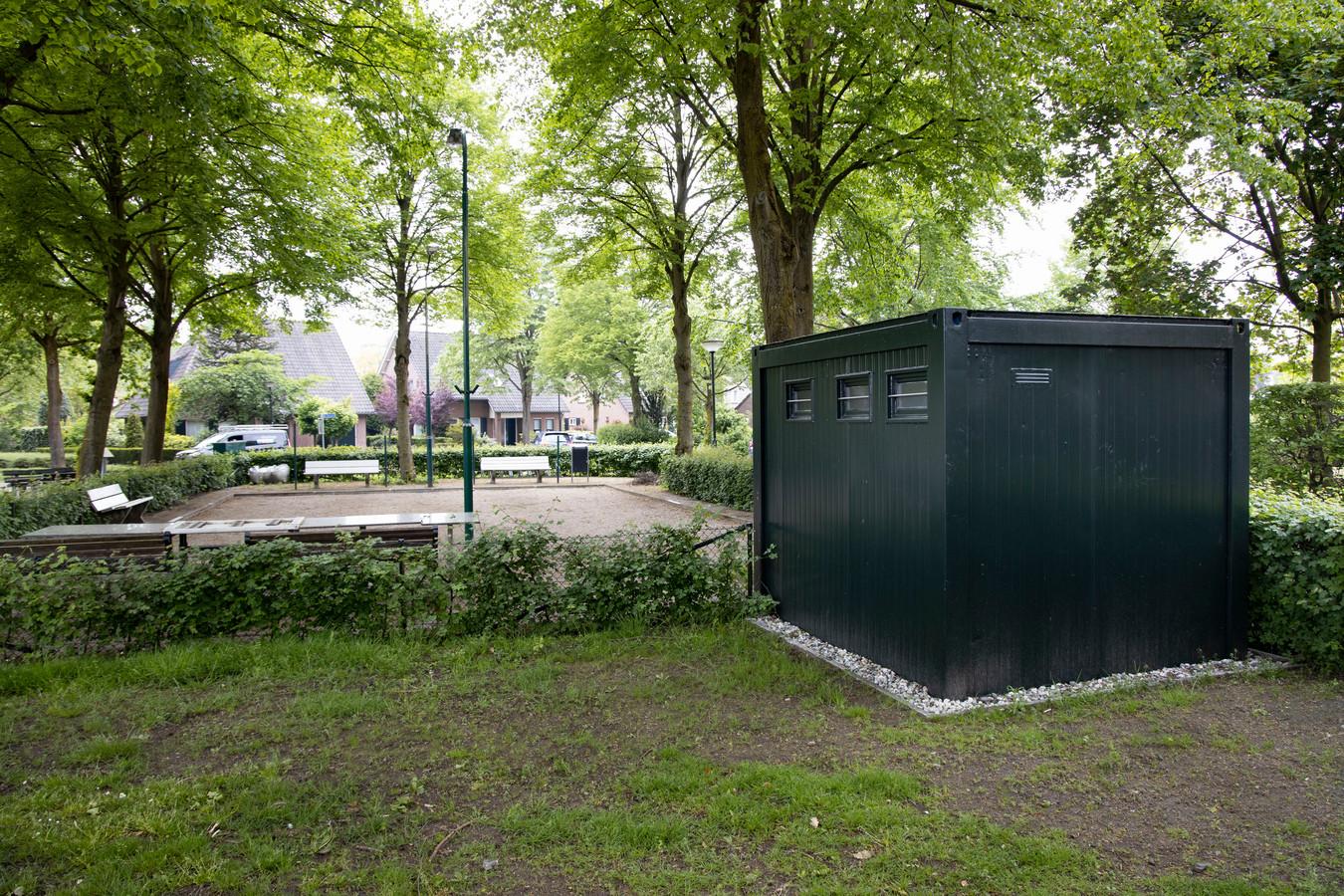 De veelbesproken, illegale schuilhut annex toiletruimte bij jeu de boulesbaan in Gerwen.