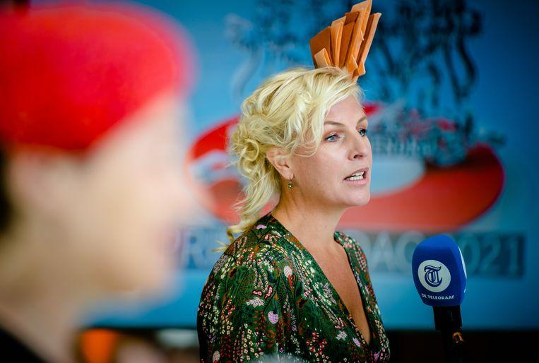 Attje Kuiken (PvdA) matcht haar oranje hoofddeksel met de rest van haar oufit. Beeld Hollandse Hoogte /  ANP