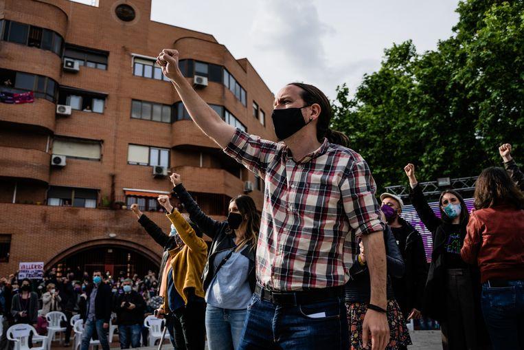 Pablo Iglesias, nog met paardenstaart, tijdens een verkiezingsbijeenkomst in Madrid op 30 april. Beeld Getty Images