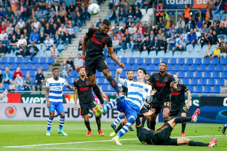 Ryan Gravenberch in actie tijdens de Eredivisiewedstrijd tussen PEC Zwolle en Ajax. Beeld Pro Shots / Niels Boersema