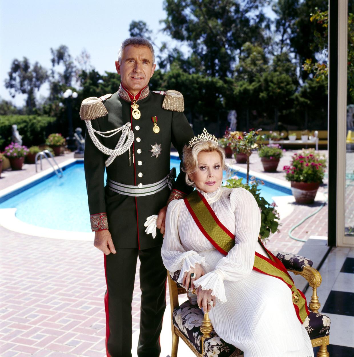 Zsa Zsa Gabor met haar negende echtgenoot Frédéric Prinz von Anhalt in 1990, Californië.  Beeld Getty Images