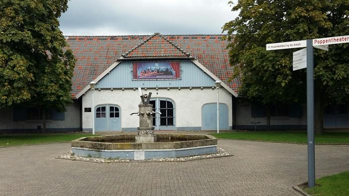 De fontein op de binnenplaats van cultureel centrum De Voorste Venne in Drunen.