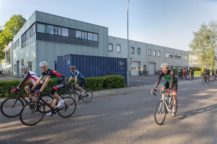 Menno Bartlema (rechts) fietst op het Nudepark  in Wageningen tijdens een van de laatste trainingsritten voor de jubileumtocht naar Alpe d'Huez.