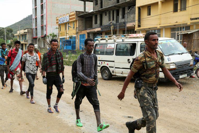 Nieuwe rekruten voor de milities van Tigray marcheren door de stad Nebelet in het noorden van Tigray. Beeld Reuters