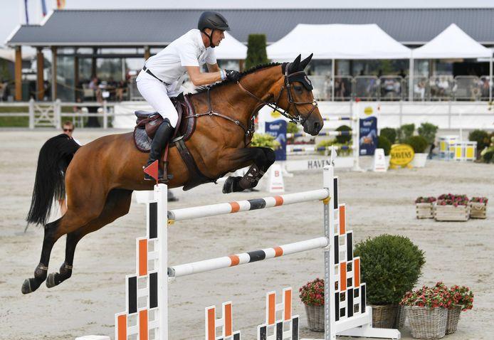 Marc Houtzager met Sterrehofs Dante in actie tijdens het NK Springen in Kronenburg.