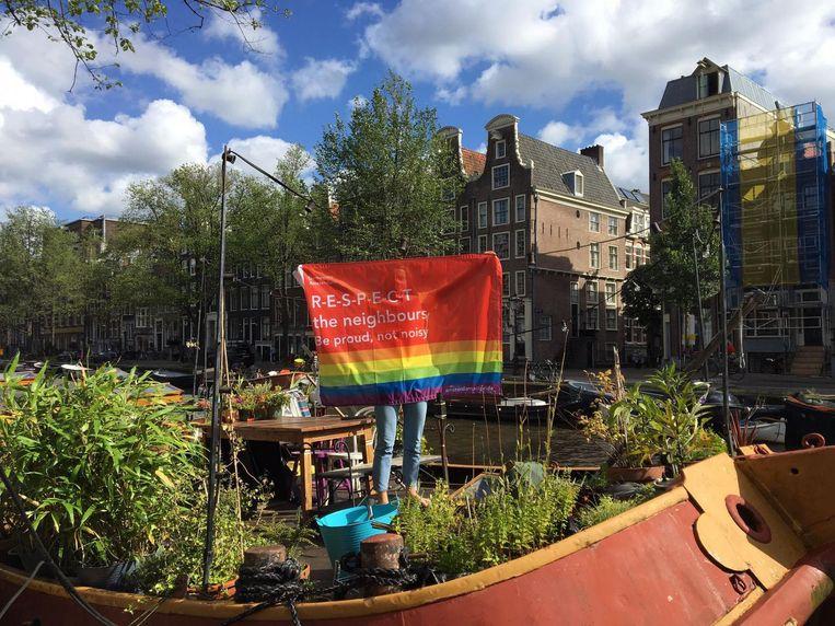 De vlag heeft als doel het publiek dat op de botenparade afkomt erop te wijzen niet voor te veel overlast te zorgen Beeld Hannah Stöve