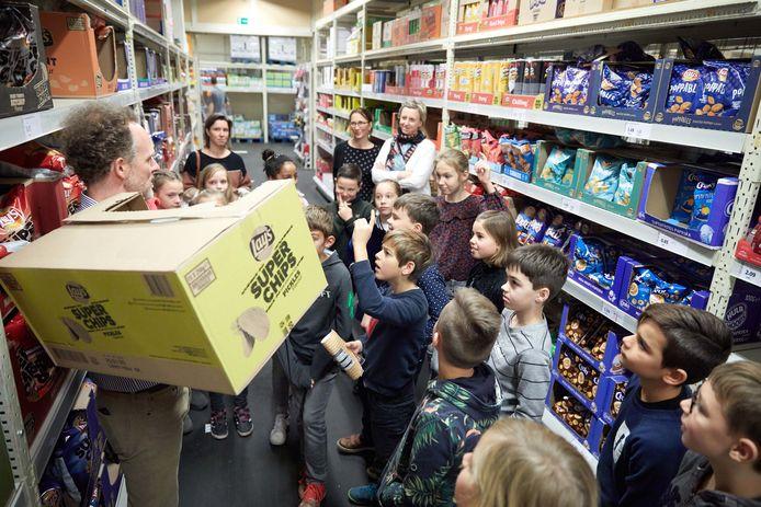 Bas en zijn klasgenoten kregen een rondleiding in Colruyt.