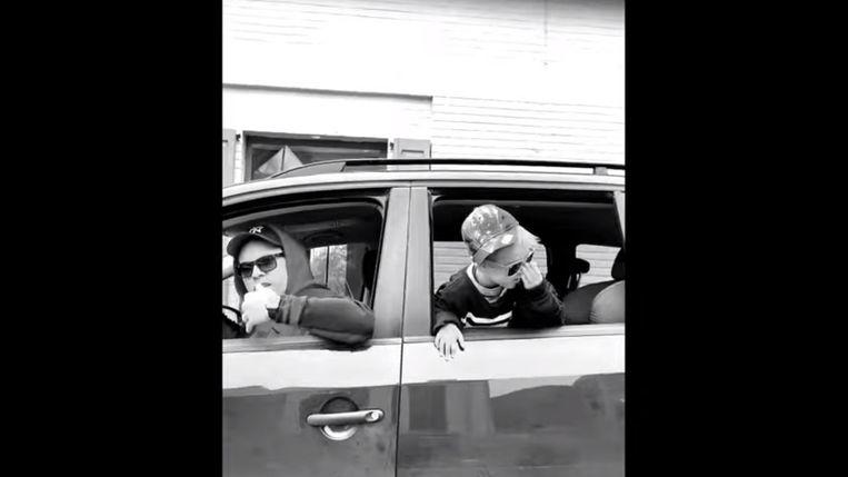 Singer-songwriter Jim Cole en zijn nageslacht stelen de show in de clip van 'Thuisblijven!'.
