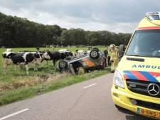 Auto belandt na botsing ondersteboven in sloot in Vilsteren