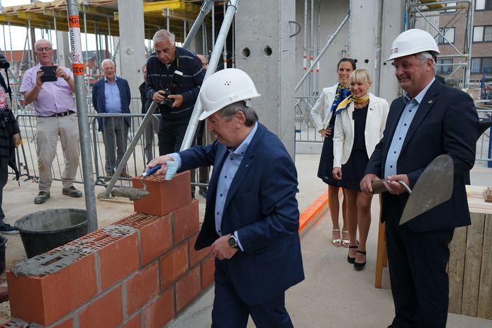 Burgemeester Luc De Ryck mocht de handen uit de mouwen steken bij de eerste steenlegging.