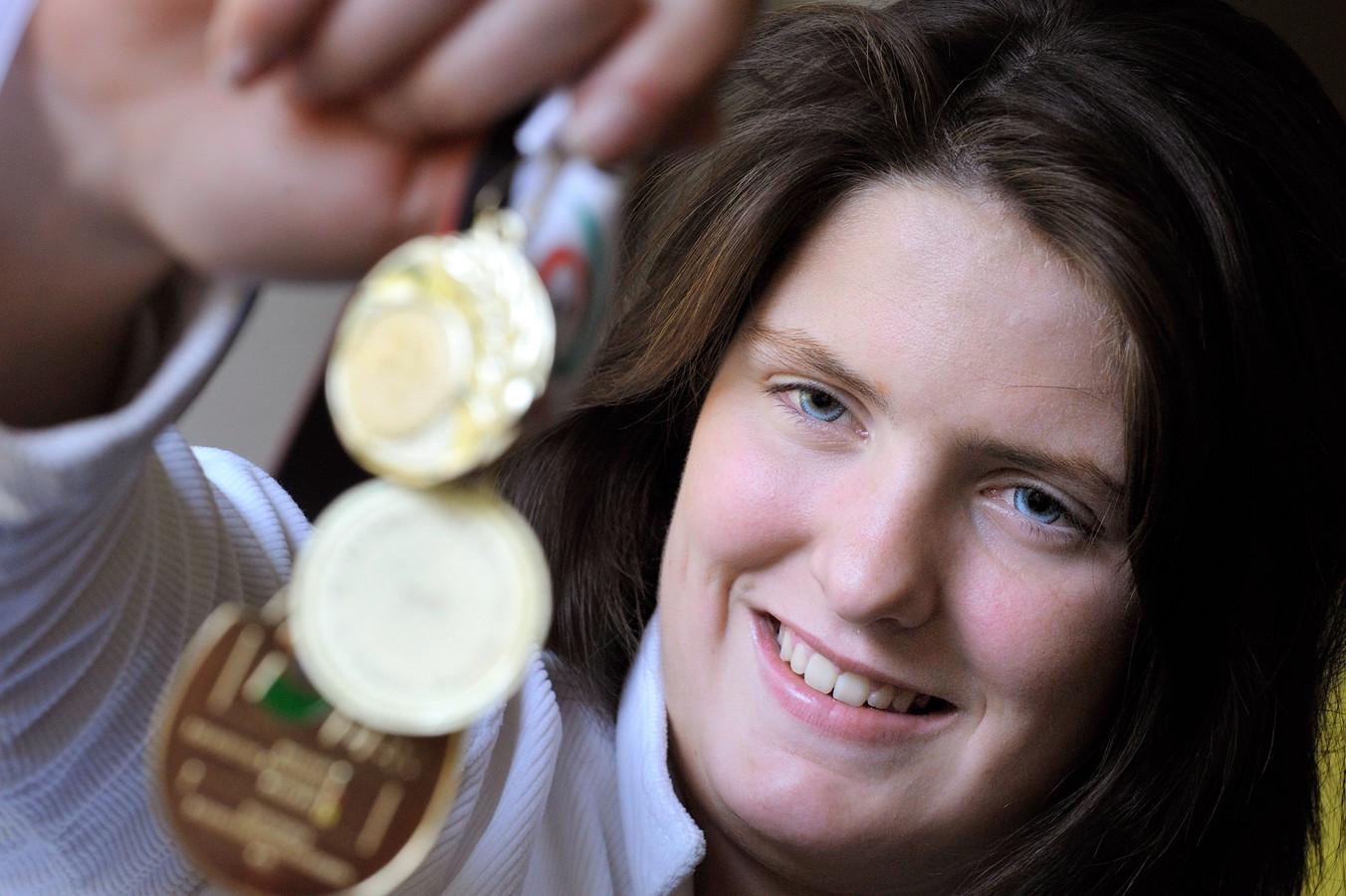 Sanneke Vermeulen toont in 2008 medailles die ze eerder won. Kort daarna ging ze naar de Paralympische Spelen in Beijing.