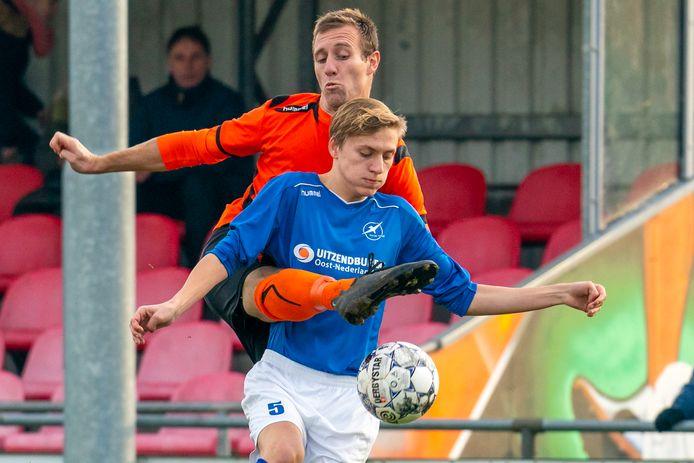 Rob Aarntzen, hier in duel met Jochem Vos van De Zweef, scoorde er twee voor De Bataven in het bekerduel bij Varsseveld.