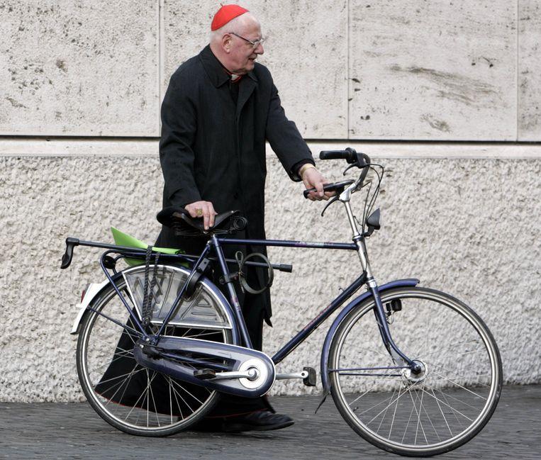 Met de fiets op weg naar een vergadering in Rome, 2006. Beeld AP