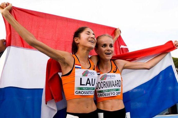 Jasmijn Lau viert haar overwinning op de 5.000 bij de EK vorig jaar,  de medaille raakt ze kwijt. Rechts Floor Doornwaard die brons won.