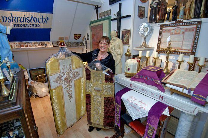In haar museum heeft Diny Kuijpers ook een altaar staan.