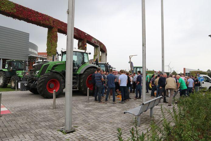 De boeren reden met tractoren tot aan het AC Auris.