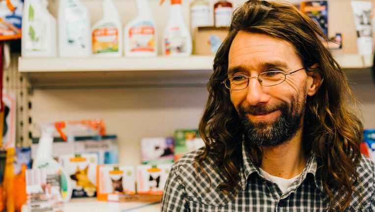 Dennis, de geliefde eigenaar van dierenwinkel Ambulia, uit de serie Schuldig Beeld Jean Counet
