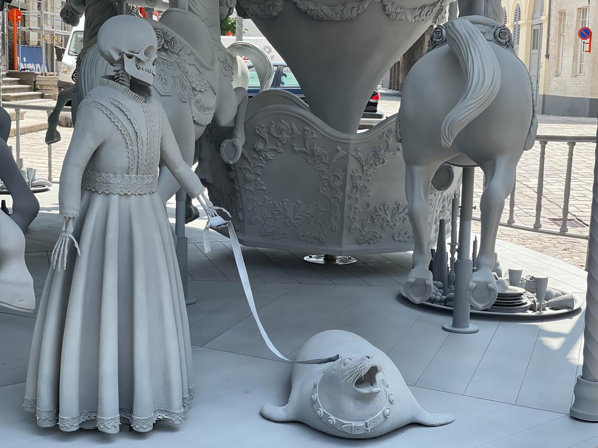 De draaimolen danwel carrousel Danse Macabre van de Belgische kunstenaar Hans Op de Beeck.