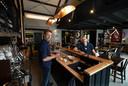 Willem van Rooden (links) en Bertil  Jager aan de bar waar je naast koffie ook hun eigen bier kan bestellen.