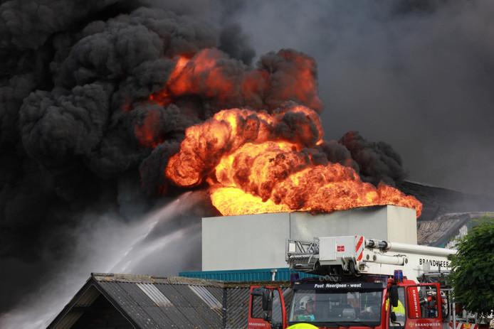 Er woedt een grote brand in Erichem.